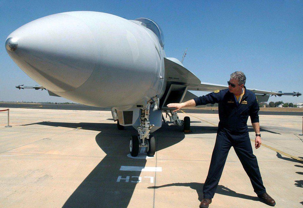 在印度耶拉漢卡空軍基地,一名試飛員站在一架F/A-18超級大黃蜂攻擊機前。 路透