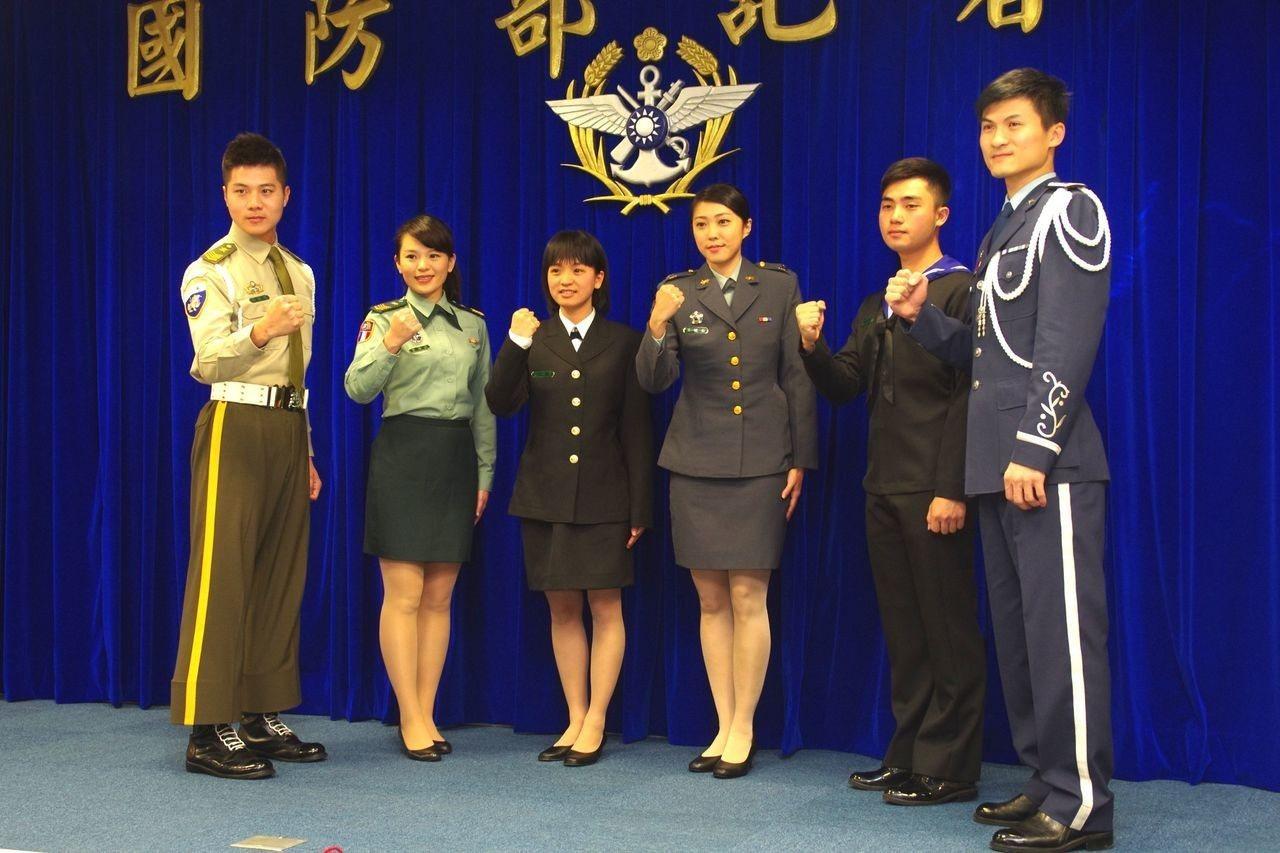 104年國防部形象月曆,以12位年輕「俊男美女」官兵為主角,其中6位還出席國防部...