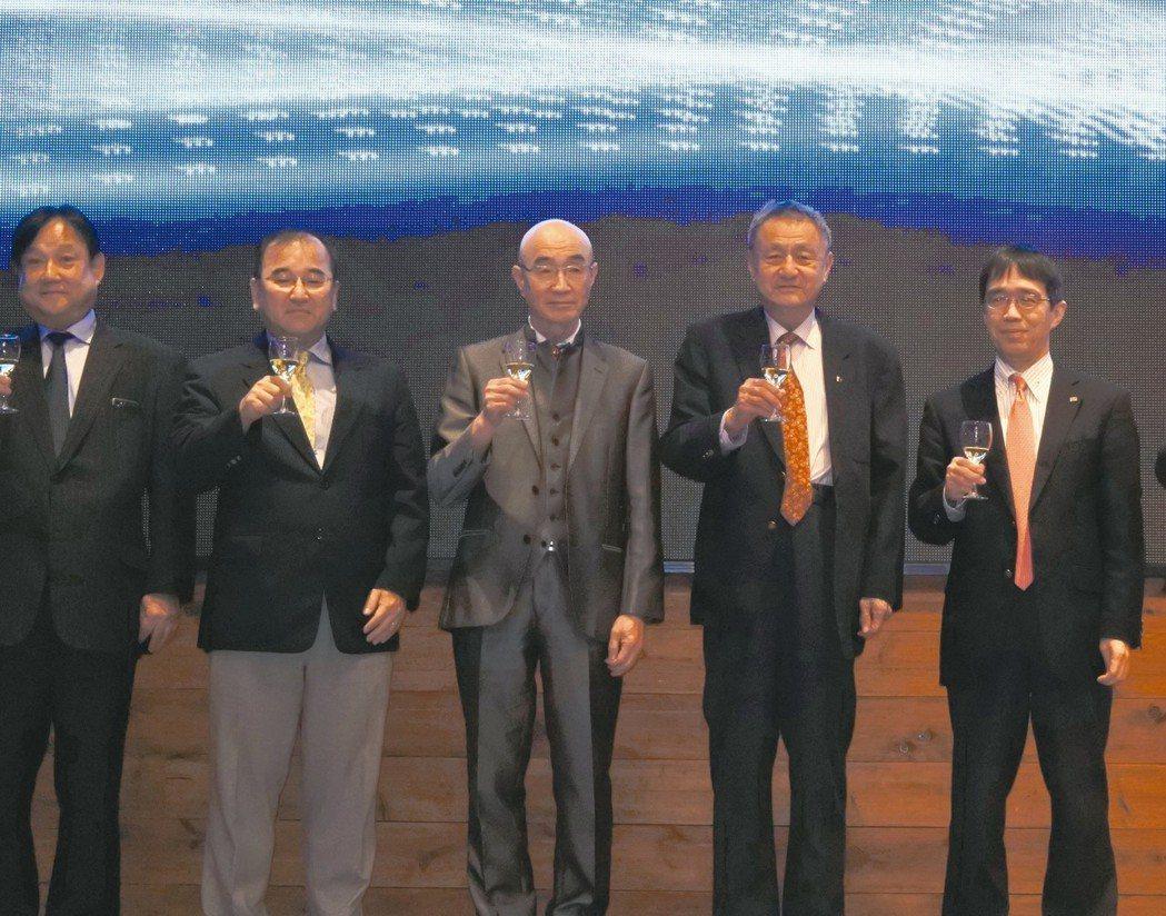 TOSHIBA TEC株式會社統括部長Takuya Inoue(左起)、越南全家...