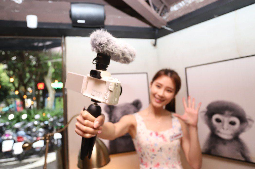 EOS M50具備「雙像素CMOS自動對焦」及「眼睛偵測自動對焦」,有助自拍之外...