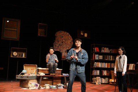 首齣於韓國大邱國際音樂劇節獲獎的台灣音樂劇「不讀書俱樂部」昨晚在台北市水源劇場再次登台演出,新任男主角周定緯入主「Warten書店」唱跳俱佳,現場笑聲掌聲不斷。由C MUSICAL製作的音樂劇「不讀...