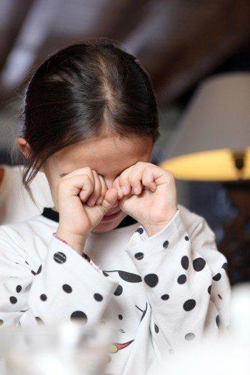 示意圖。台中慈濟醫院眼科醫師袁漢良表示,若習慣性去揉眼睛,會影響視力,建議民眾可...