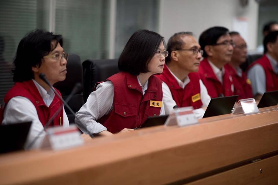 睽諸各國的災害應變過程,重要人士們必然會造訪受災地點,並藉此機會宣示救災的決心。 圖/取自蔡英文 Tsai Ing-wen