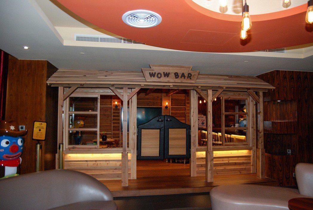 窩窩樂(wow wow loft)房型內具有無限暢飲的吧台。 記者林鼎智/攝影