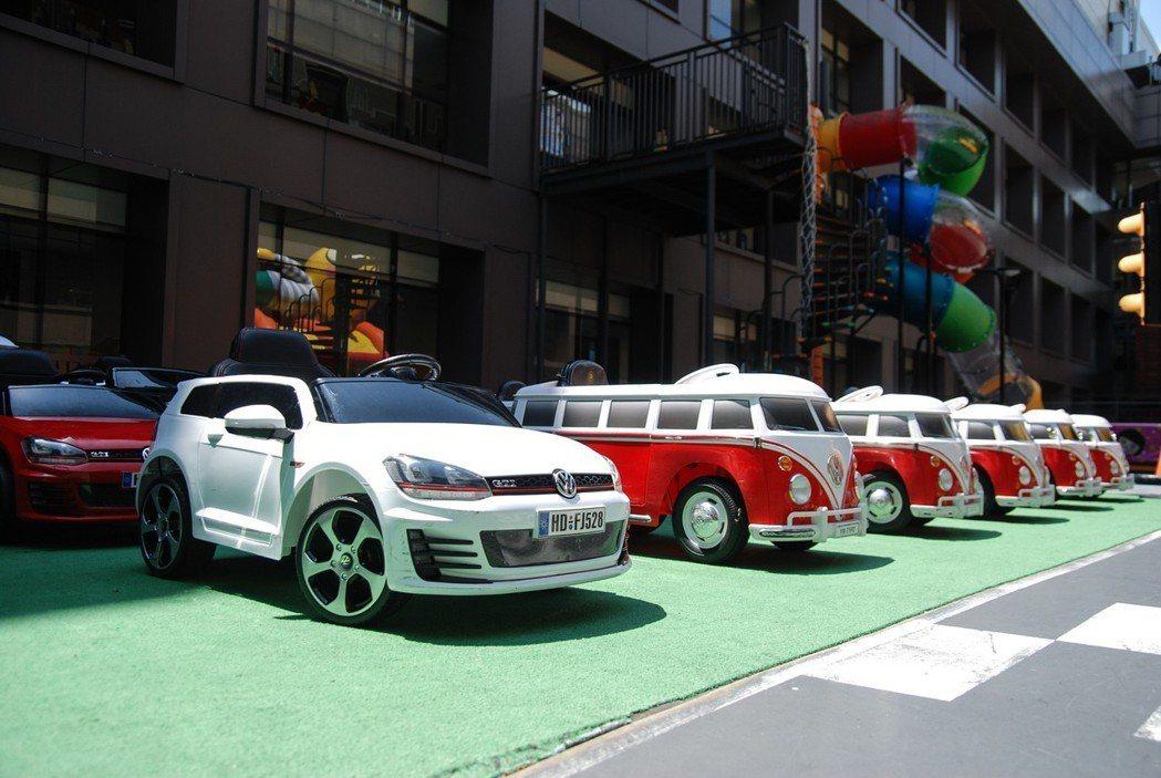 六月起只要入住 Volkswagen童趣/性能主題親子套房三天兩夜以上,大人除了可免費駕馭 Golf、Touran、Beetle 外,小朋友也能在飯店使用電動學步車。 記者林鼎智/攝影