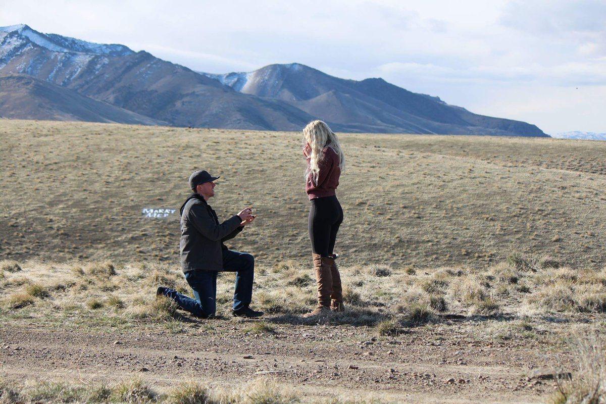 雷維(Levi Bliss)精心策劃了一場浪漫求婚,讓女友當場感動爆哭。圖截自艾...