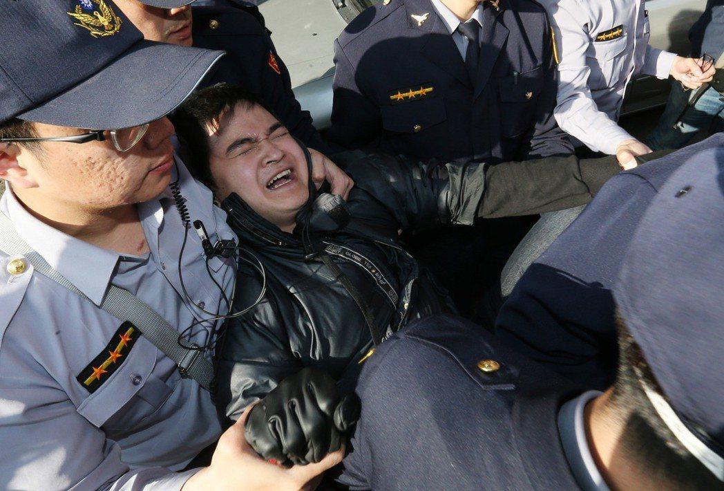公投盟、自由台灣黨與警方激烈口角衝突後,警方強制驅離公投盟人員。 圖/聯合報系資...