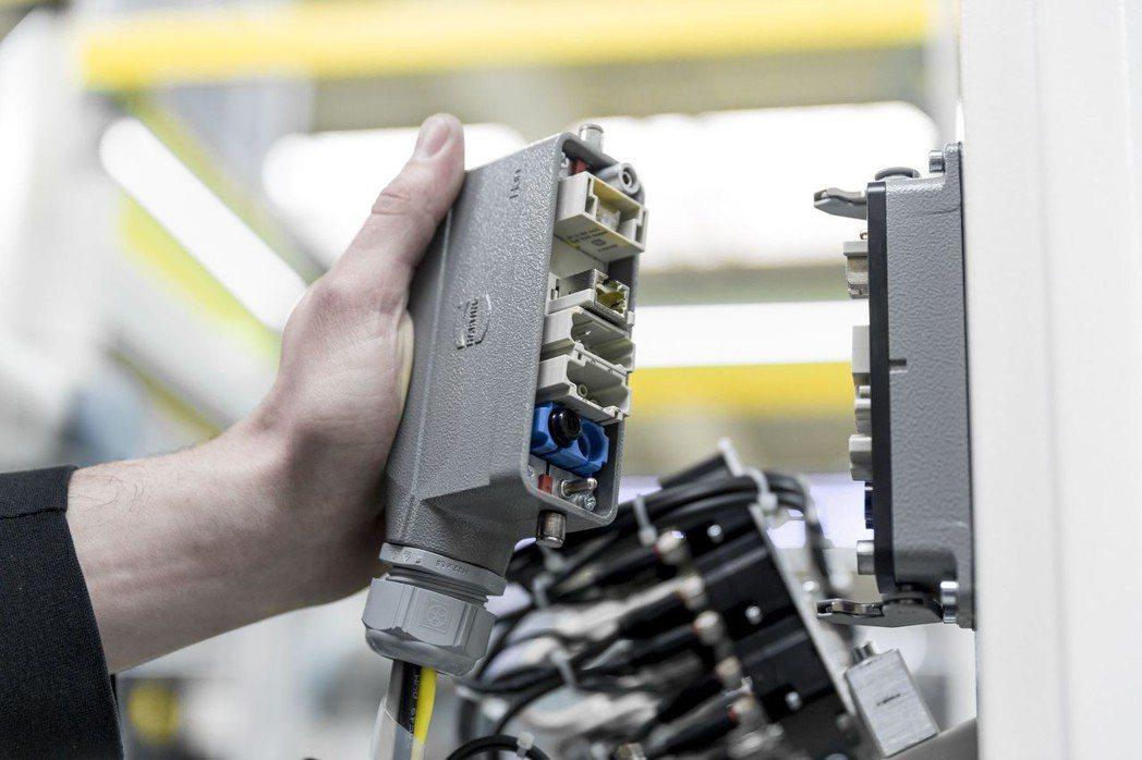 通常一個模塊化連接器包括插芯、插針、框架、上殼和底座以及附件等六大模組,通過上百...