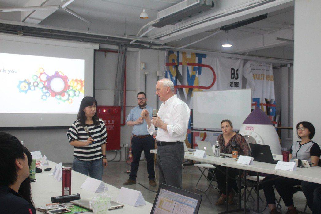 Techshop Global執行長Paul Duggan與學員進行公安課程討論...
