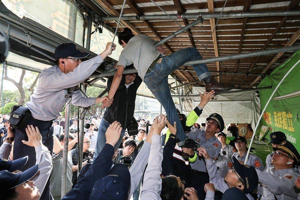 「公投護台灣聯盟」在立法院前搭了十年的帳篷宣傳理念,於3月23日下午遭台北市政府...