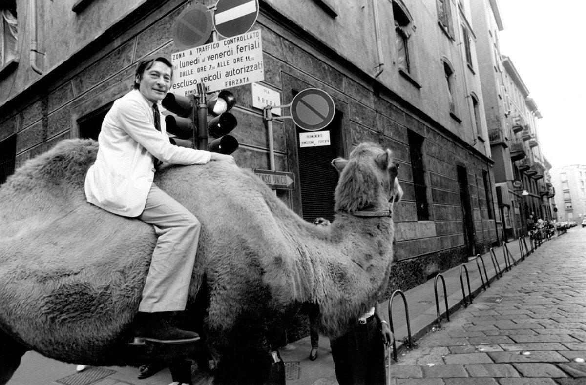 阿爾多·蒙迪諾 騎著駱駝前往Elio Mainini的Bar Giamaica參...