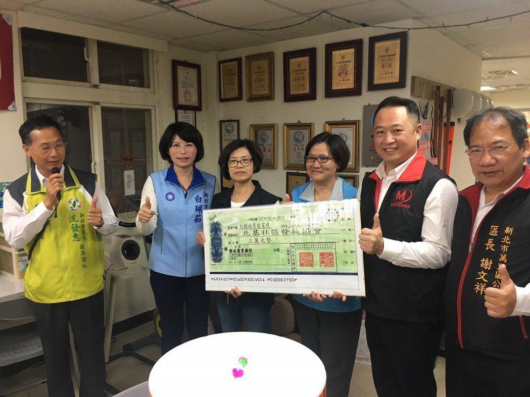 淡水、北海岸地區的紅樹林有線電視總經理林勝宏(右二)捐贈三萬元加菜金,讓北基社區...