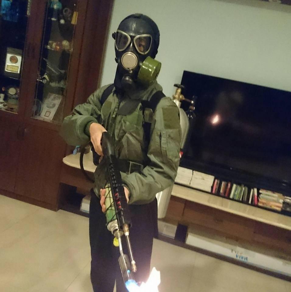 涉案的孫嫌在個人臉書貼出全副武裝照。圖/取自臉書