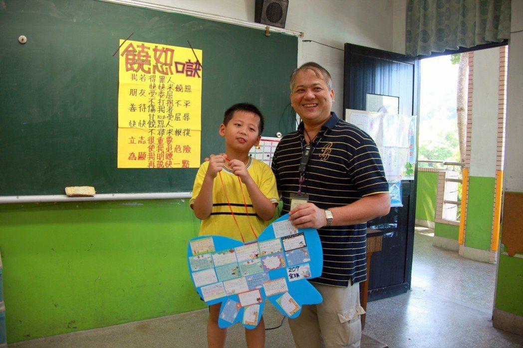學童口中的「 暖男里長」深坑里長黃建強,每年教師節、父親節、生日都收到不少學生的...
