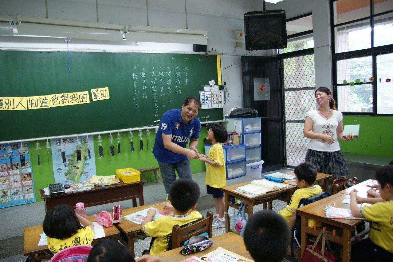 為了讓孩子找回學習興趣,無酬教書的深坑里長黃建強(藍色衣者)會利用玩遊戲及說故事...