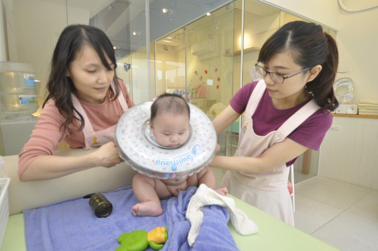 社工師陳冠瑾轉行當寶寶按摩師,開設「游學寶寶台南館」,貼心服務,吸引不少爸媽帶著...