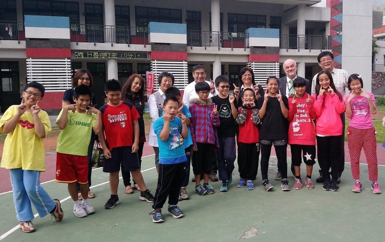 彼得海勒教授聽到阿里山新美國小學童清唱鄒族古歌謠,驚歎「太美了!」 記者卜敏正/...