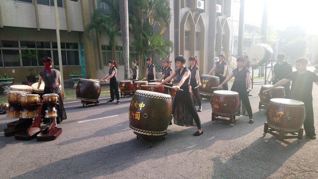 宏仁女中鼓樂團,擊鼓歡迎 奧地利聖心女中合唱團來訪。記者卜敏正/攝影