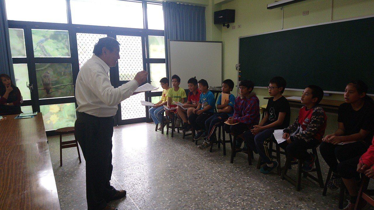 阿里山新美國小學童清唱鄒族古歌謠。 記者卜敏正/攝影