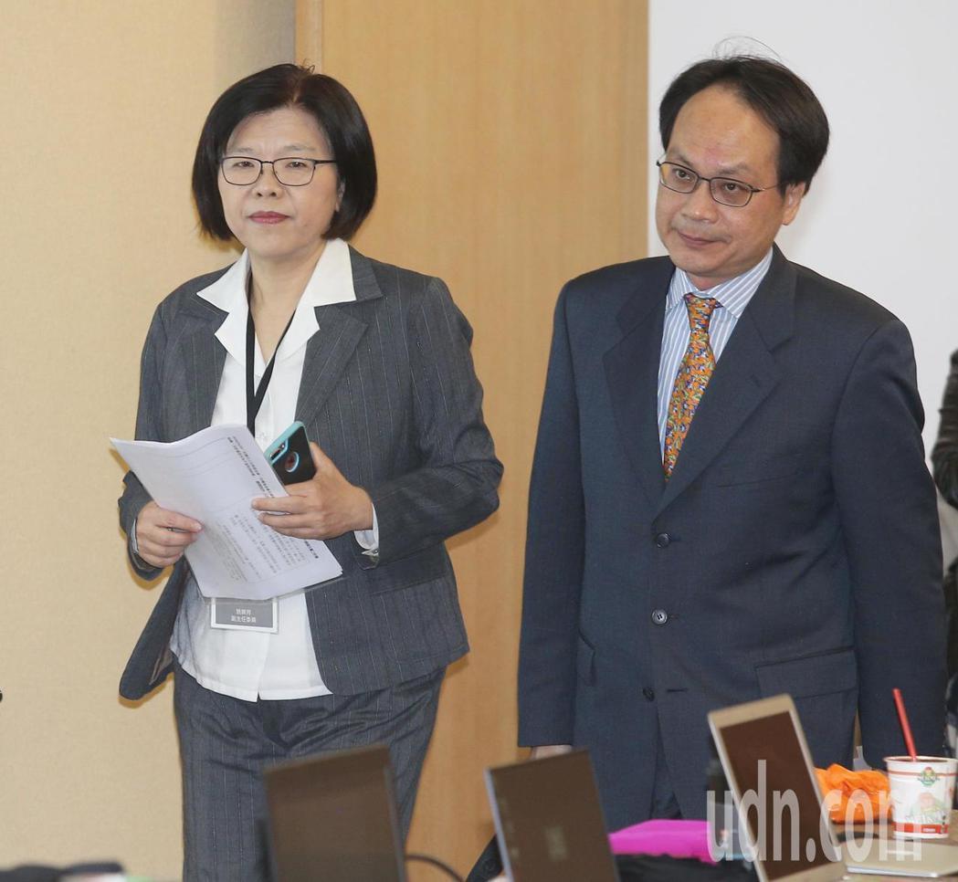 不當黨產委員會上午舉行聽證會,主委林峯正(右)與副主委施錦芳(左)進入會場。記者...