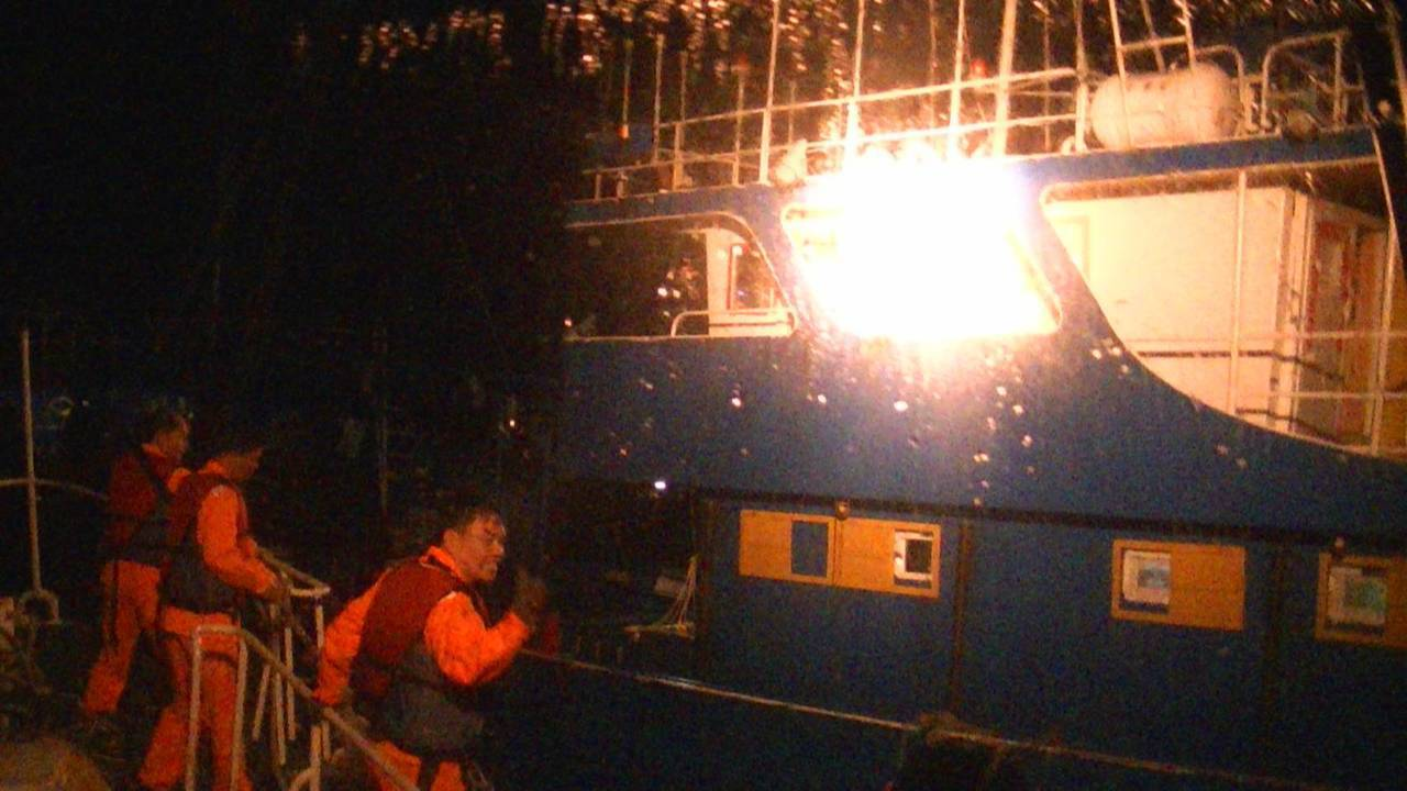 海洋巡防總局澎湖海巡隊發現陸船非法進入澎湖海域違規作業,即登檢扣查。圖/海洋巡防...