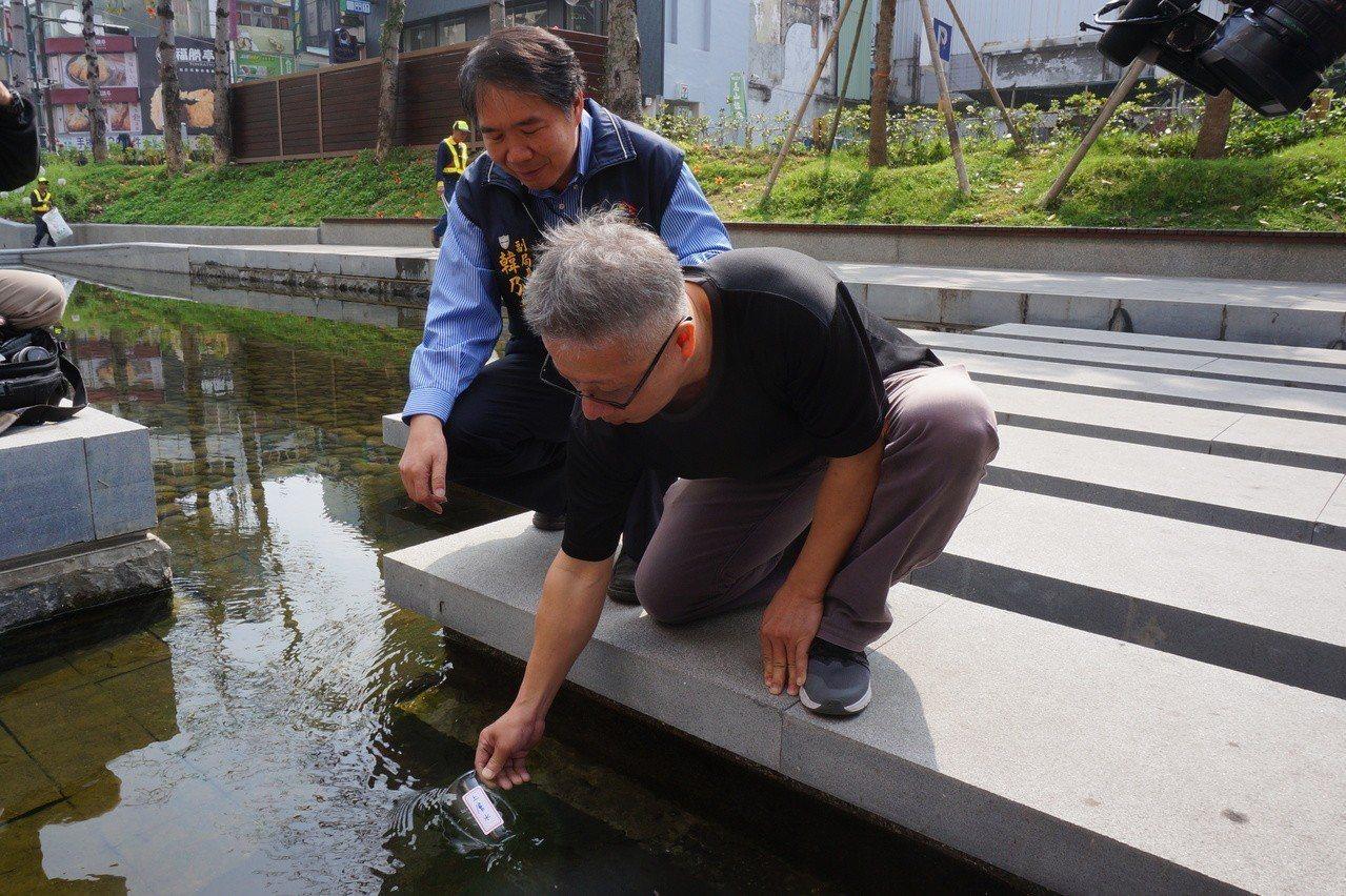 網路傳言綠川水是自來水放流,市府今大動作澄清,當眾取水檢驗,證實不是自來水。記者...
