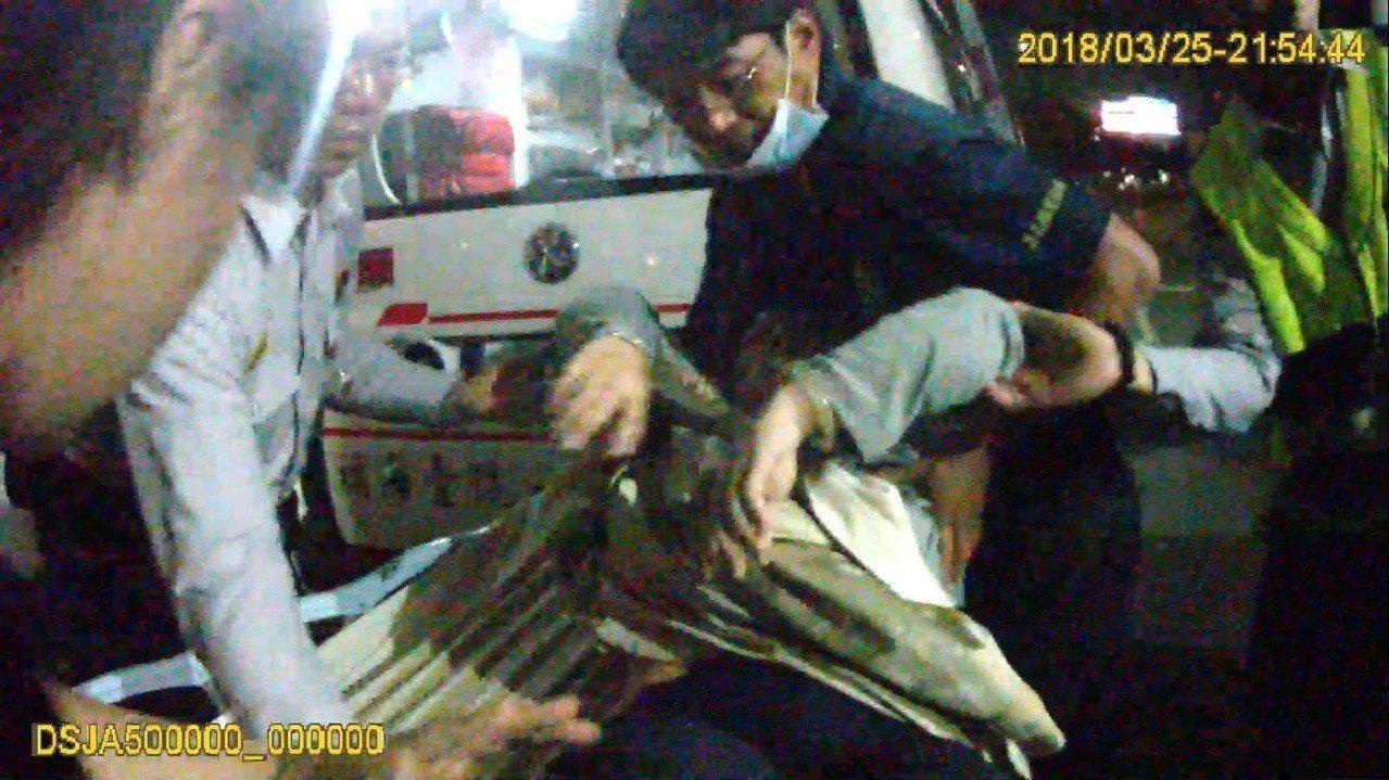 警車飆速開道將林女送到醫院急救。記者卜敏正/翻攝