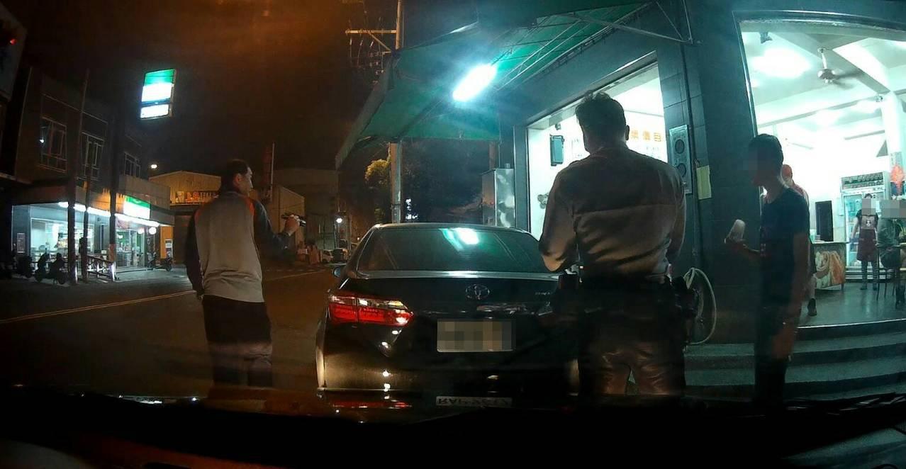 警方發現陳、胡兩人將車違停路邊買早餐,行跡可疑,上前盤查時聞到K味,隨即在車上查...