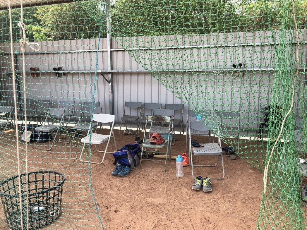 南投縣立棒球場因為經費不足,球員休息室仍是鐵皮搭建相當簡陋,南投縣政府表示以爭取...