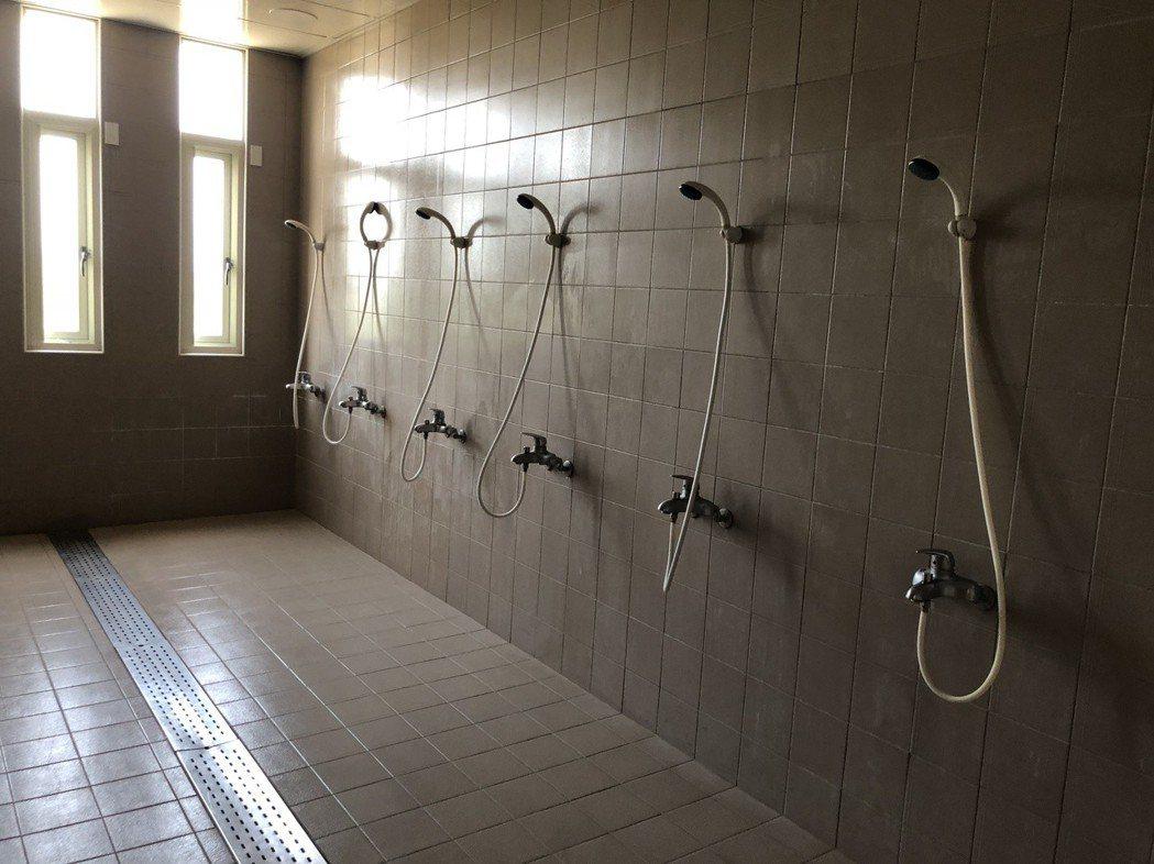 南投縣立棒球場興建三百多坪的宿舍和訓練中心,寢室可容納160人,也有完善的淋浴間...