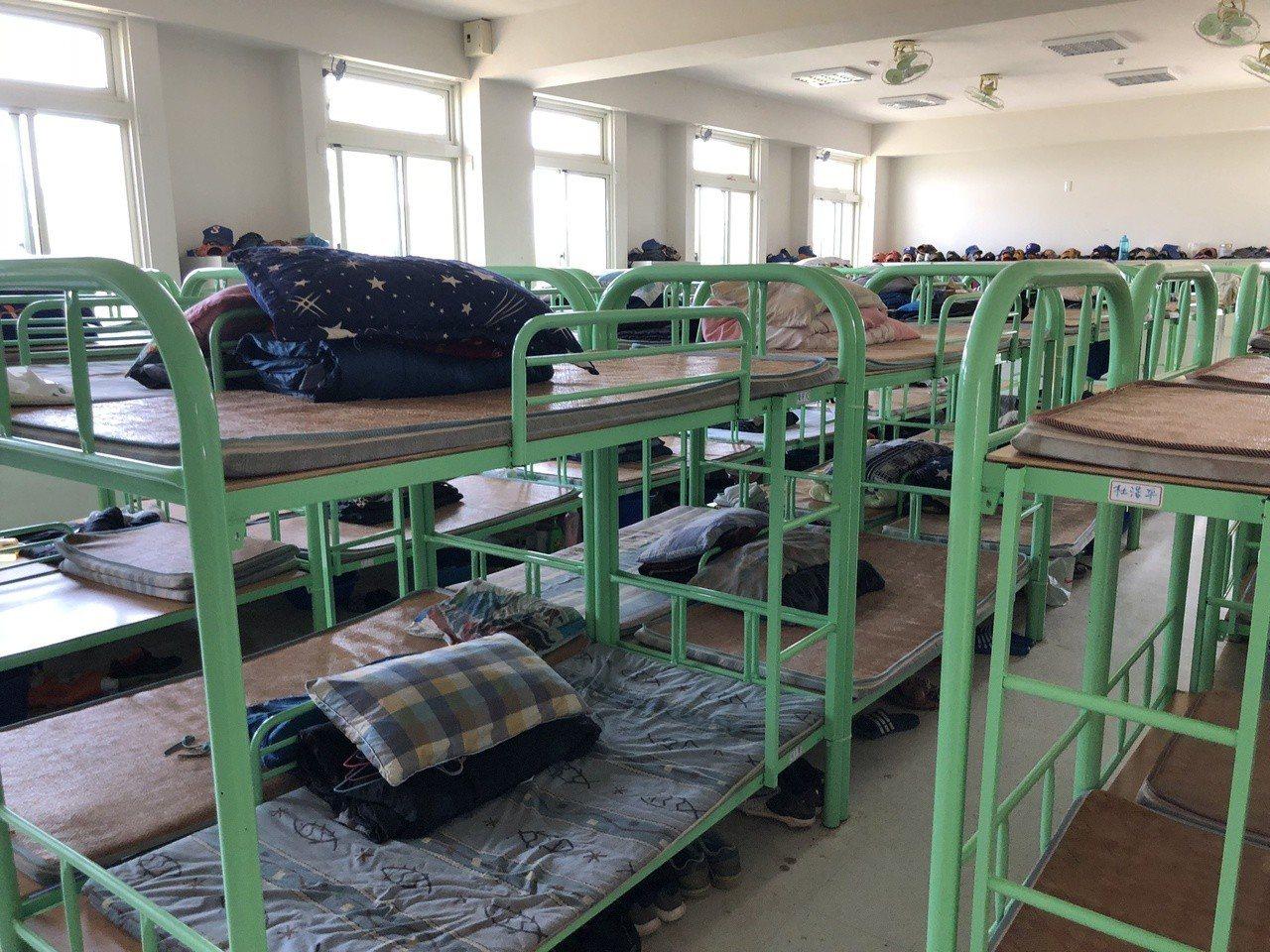 南投縣立棒球場興建三百多坪的宿舍和訓練中心相當完善,寢室可容納160人,球員都說...