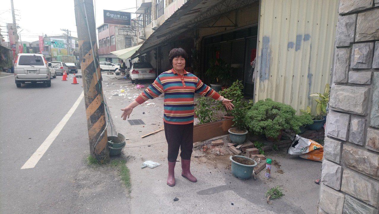 居民對於林姓男子駕車 穿越2.5米空間,撞壞走廊及門口機車、盆栽,直言不可思議。...