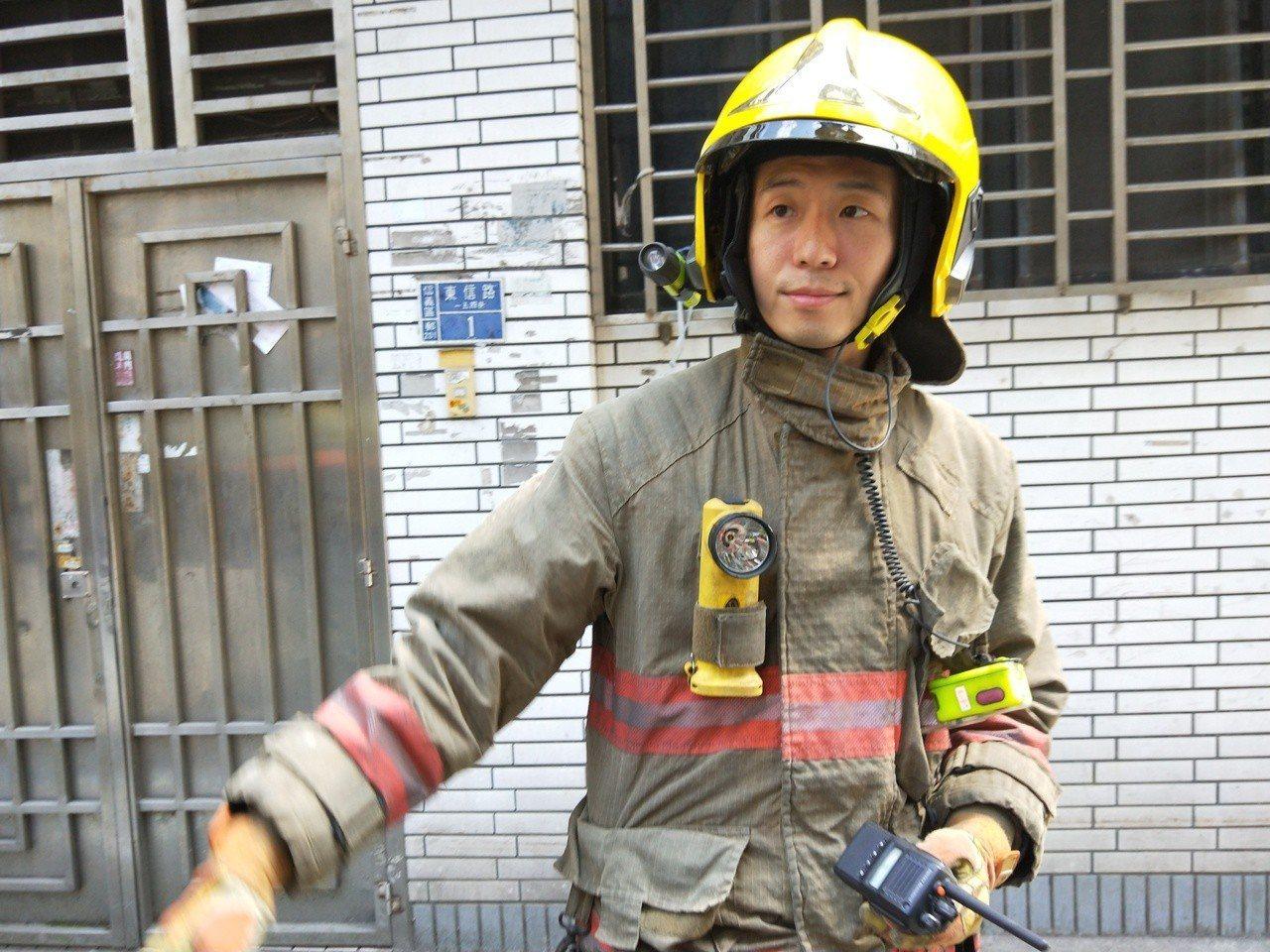 基隆市東信路一民宅今天下午發生火警,消防人員到場搶救。記者/游明煌/攝影