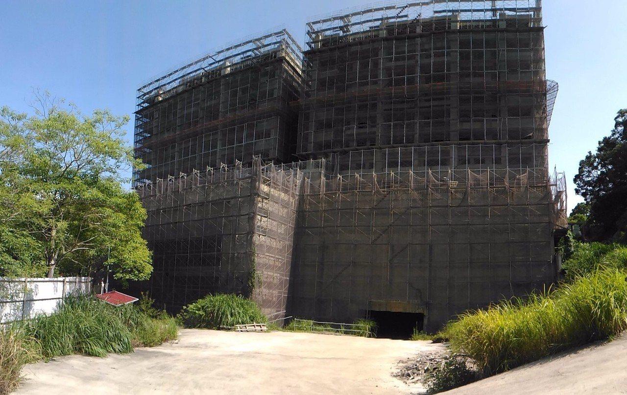 新竹市明湖路的遠雄建設御莊園建案,被市府勒令遠雄停工及變更設計,遠雄不服提起行政...