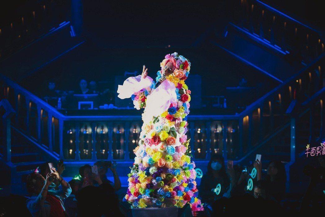 陳志朋日前在北京開唱,與舞者激情互動。圖/誠利千代提供