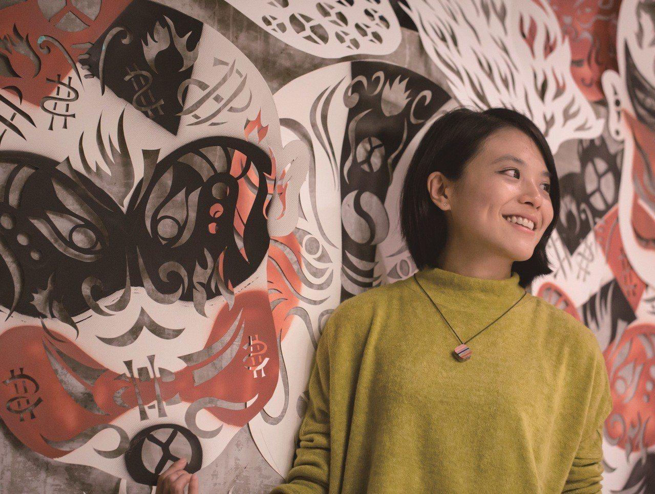 紙雕藝術家成若涵用創作把春天帶進比漾廣場。圖/比漾廣場提供