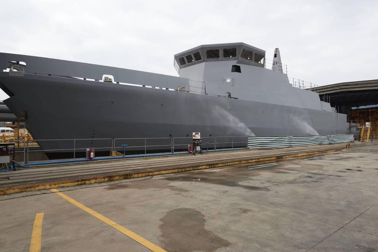 慶富造船發布首艘獵雷艦在3月28日於義大利下水的近影,並指控國防部與慶富解約只為...