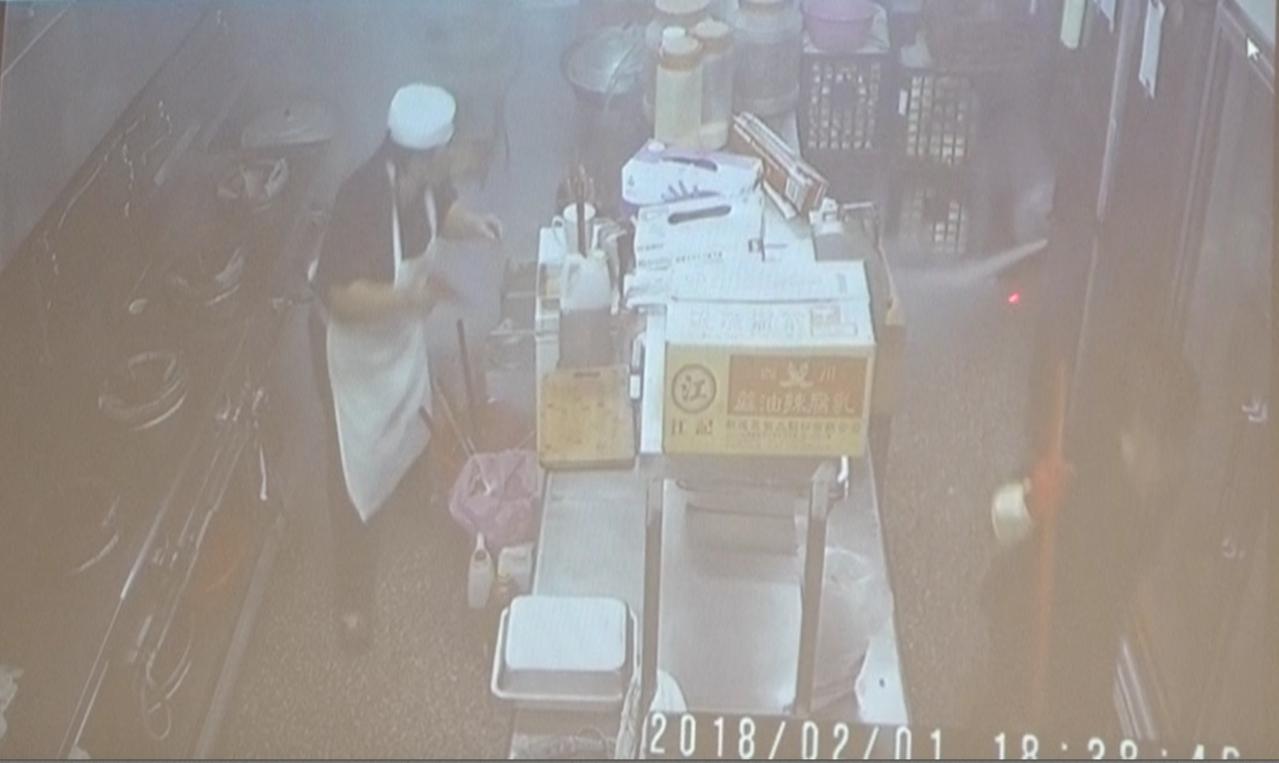 在宣導會中小港便當店瓦斯氣爆成為案例宣導,影片中,偶爾來幫忙越南籍阿賢拿清潔工具...
