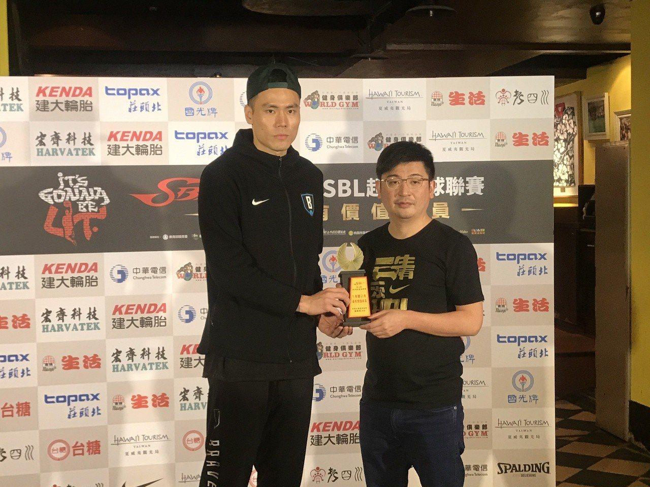 張宗憲(左)獲得1、2月月MVP獎項。記者毛琬婷/攝影