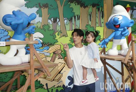 藝人藍鈞天下午攜手愛女Riley,一同前往中正紀念堂,觀看藍色小精靈特展,老爸帶著女兒走入蘑菇村,一同暢遊藍色的異想世界。