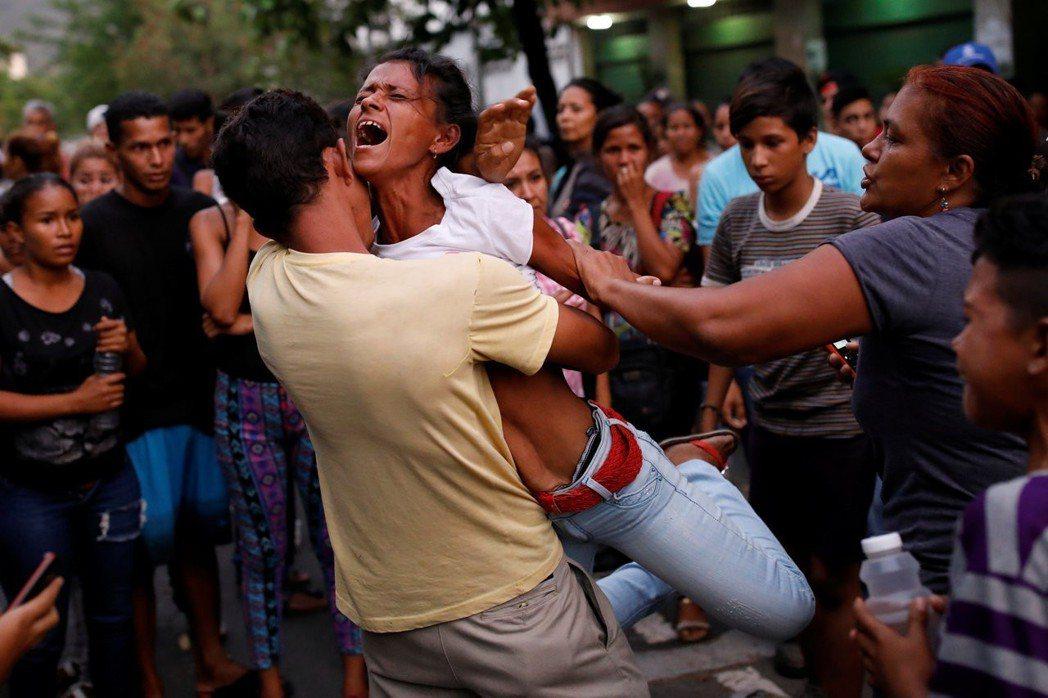 委內瑞拉卡拉波波州瓦倫西亞市的州警總部監獄傳出暴動與火災,聞訊趕來的受刑人家屬在...