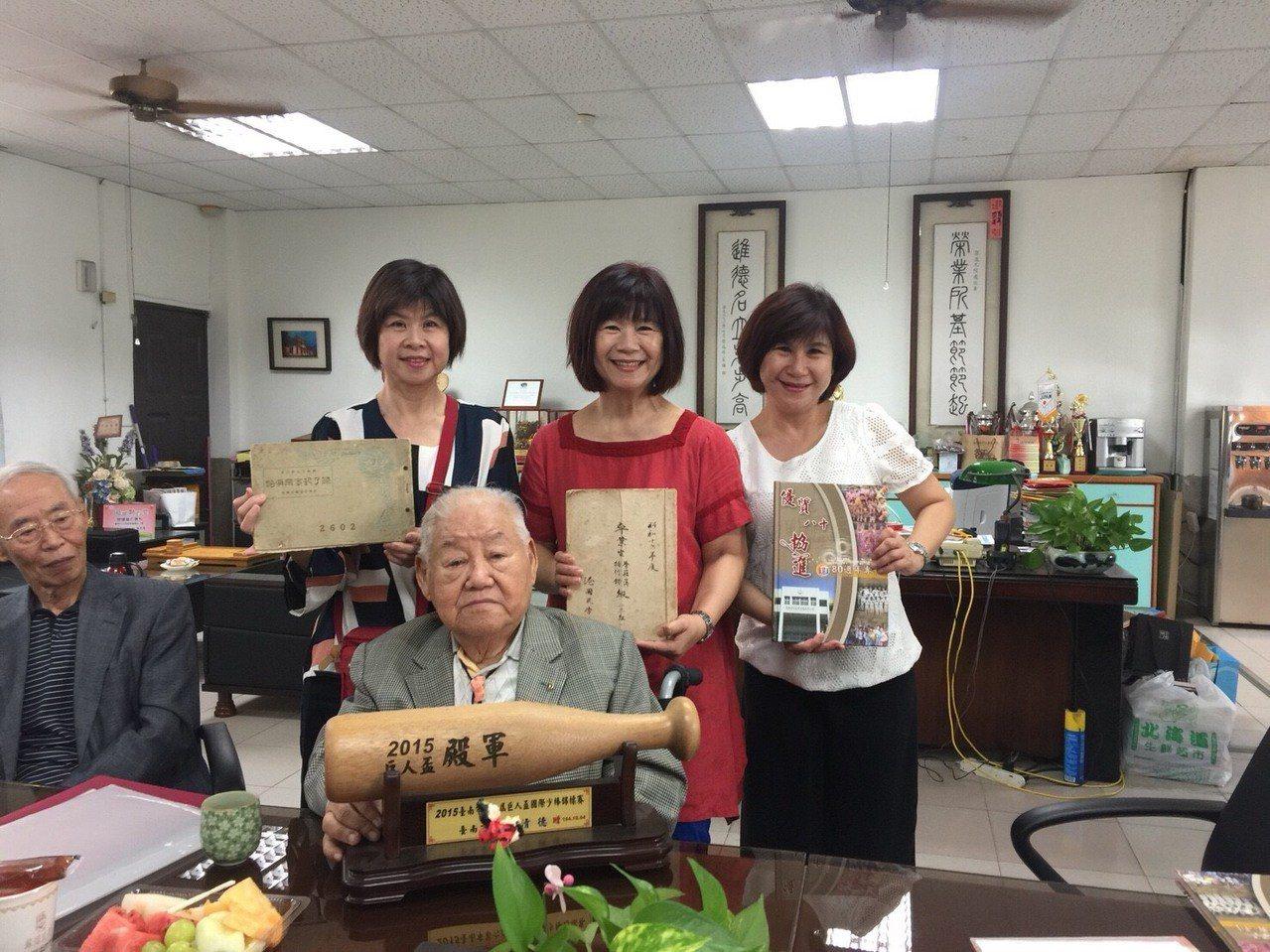 台南協進國小校友吳友仁(中)在家人陪同下到母校參觀。圖/協進提供