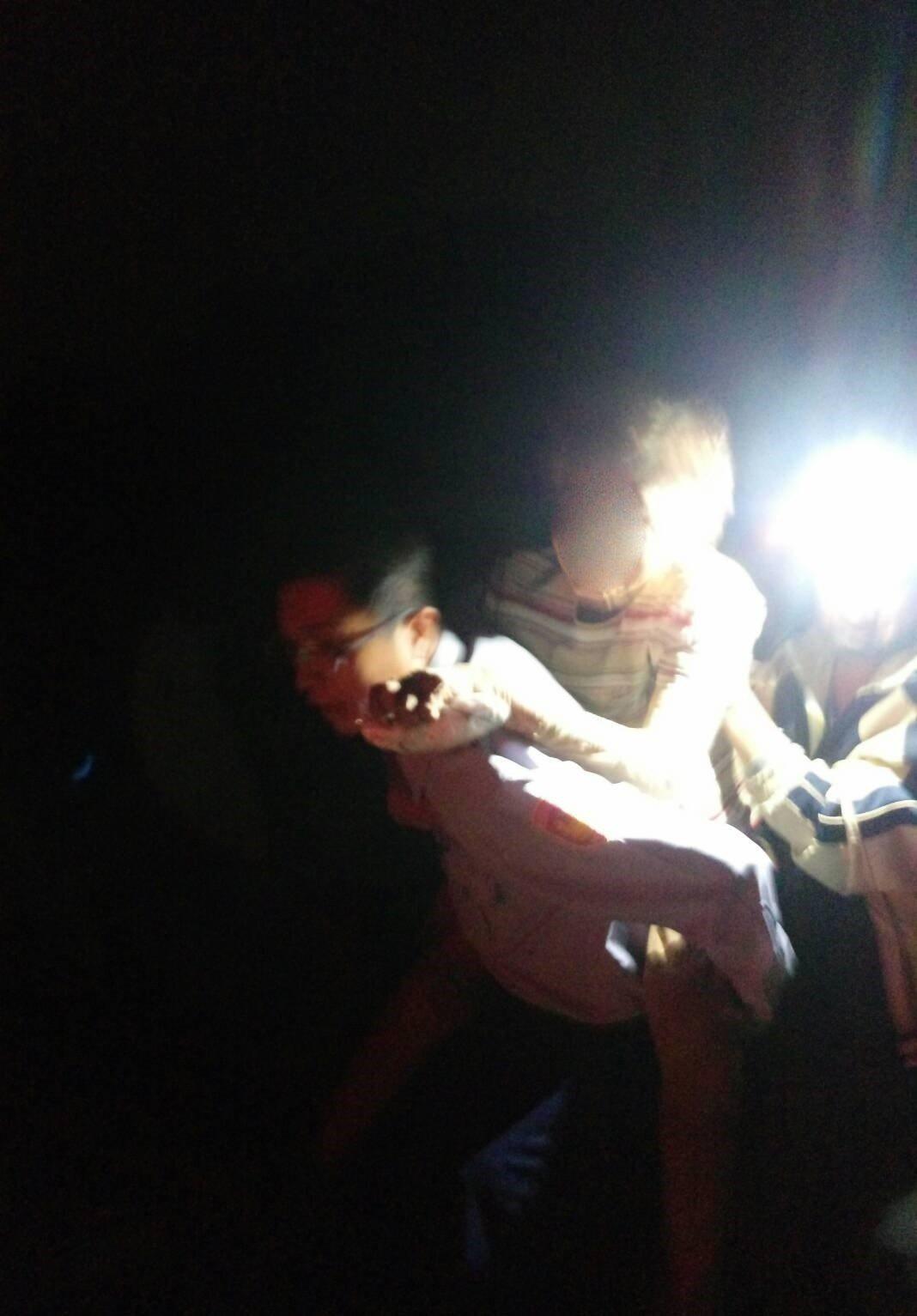 台南玉井警分局玉山派出所員警將老婦人背抱下山。記者吳淑玲/翻攝