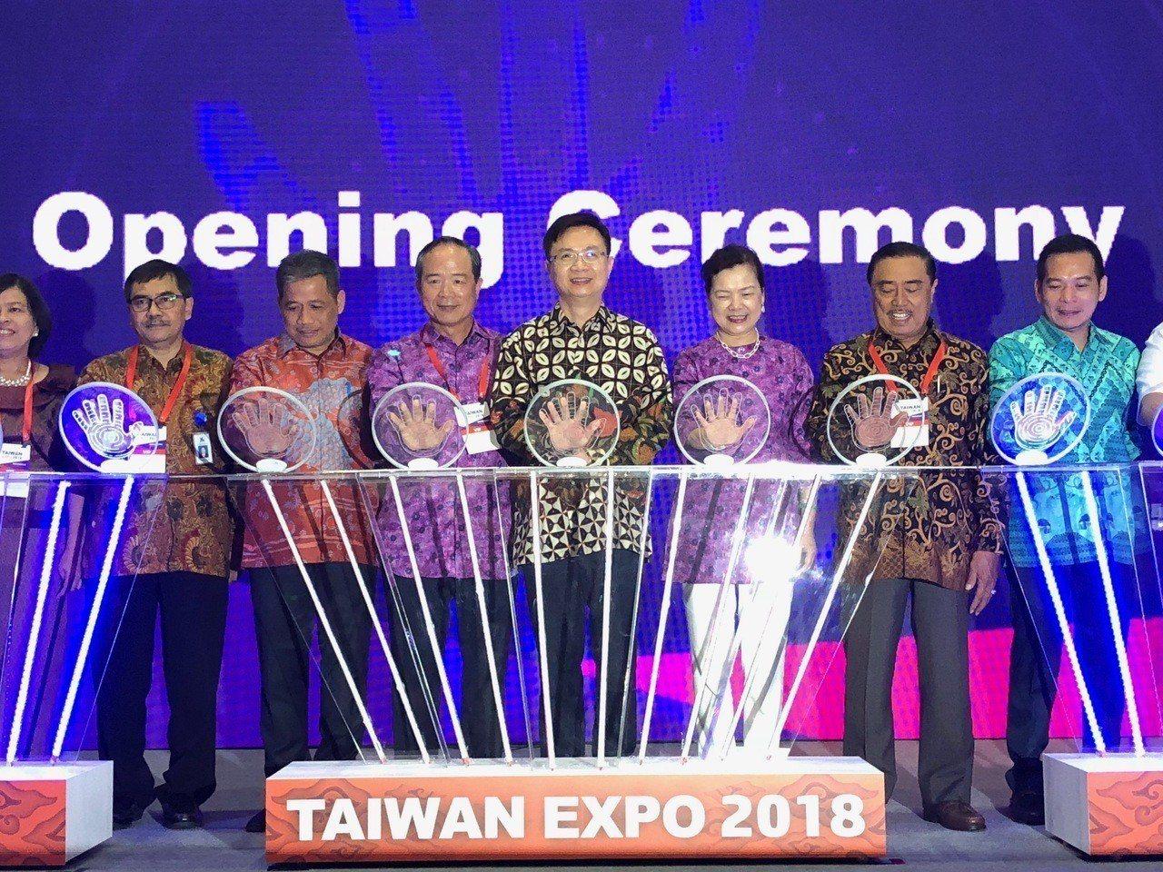 印尼台灣形象展開幕,由貿協董事長黃志芳(中)主持揭幕。記者黃文奇/攝影