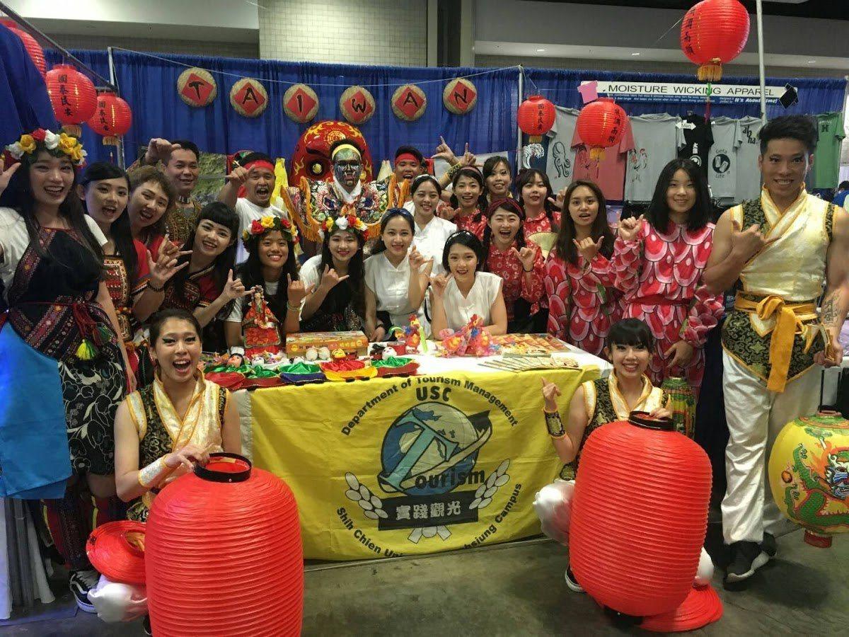 實踐大學觀光系師生參加檀香山遊慶節,宣揚台灣藝陣文化。圖/實踐大學提供