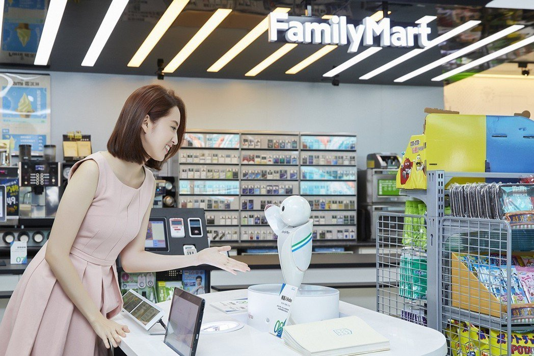 走進全家,智慧小小店長Robo為消費者做店舖和商品導覽。圖/全家提供