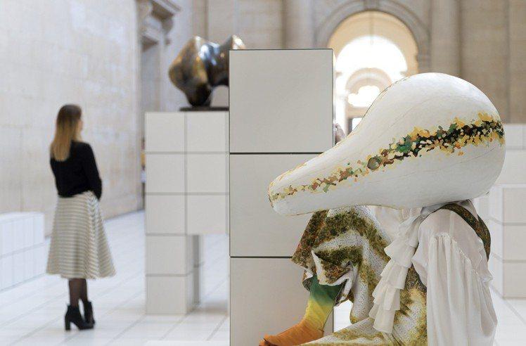 運用南瓜和七○年代的服裝概念打造的裝置藝術。圖/LOEWE提供