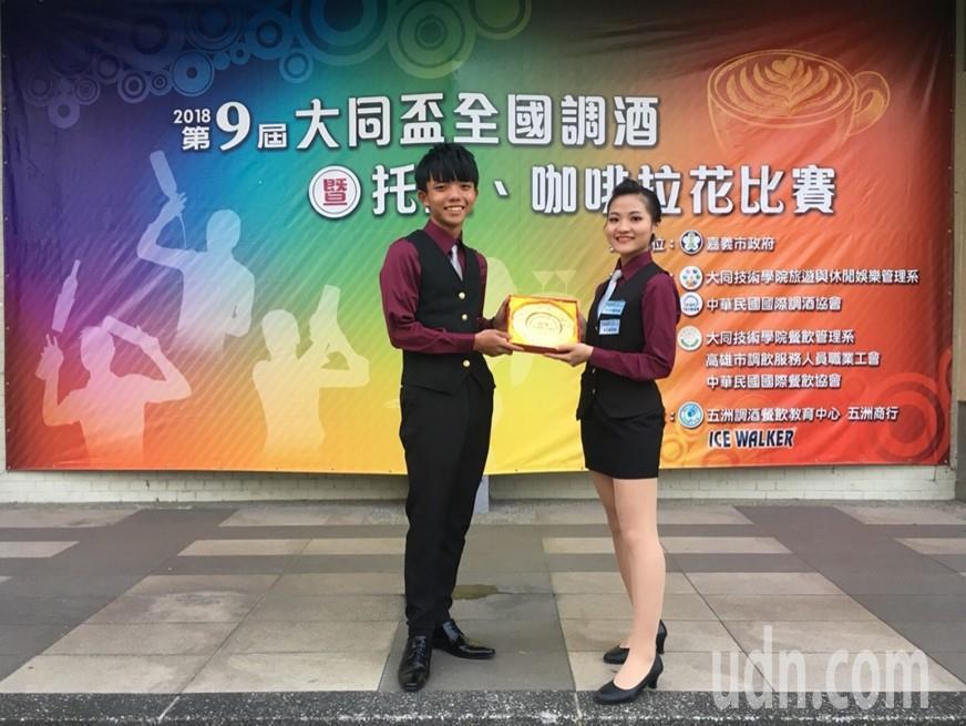 大成商工餐科學生劉冠宏(左)蕭彩翎(右)托盤組冠軍。記者蔡維斌/翻攝
