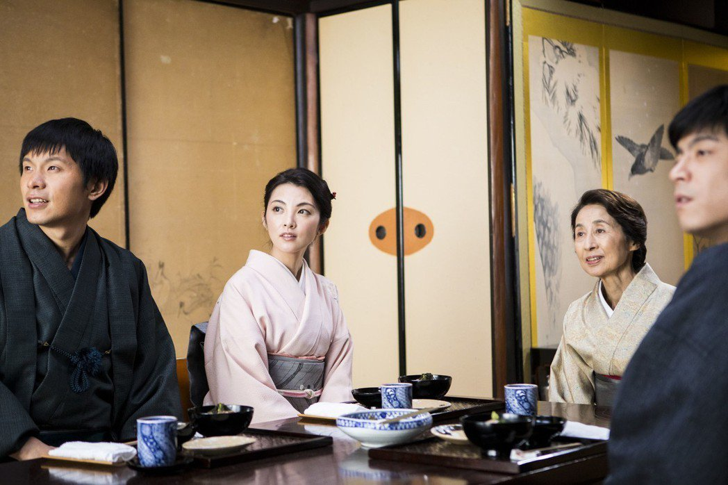 田中麗奈(左二)在「盛情款待」和姚淳耀(左一)、王柏傑(右一)合作。圖/華映提供