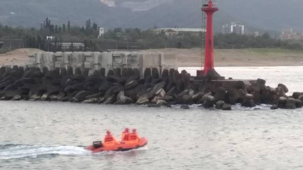 金山高中一名男學生落海失蹤,目前救援人員持續搜救中。圖/岸巡二總隊提供